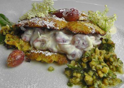 Sandwich von Holunder-Küchlein-Stachelbeercreme Sauerampfer Walnuss-Pesto